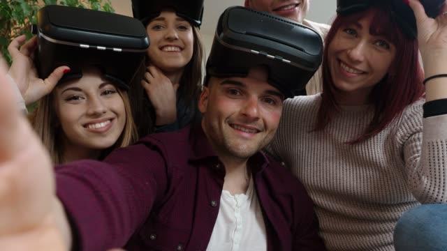 stockvideo's en b-roll-footage met vrienden met een selfie met vr goggles - kunstmatig