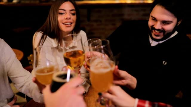 freunde, die einen toast in der bar - after work stock-videos und b-roll-filmmaterial