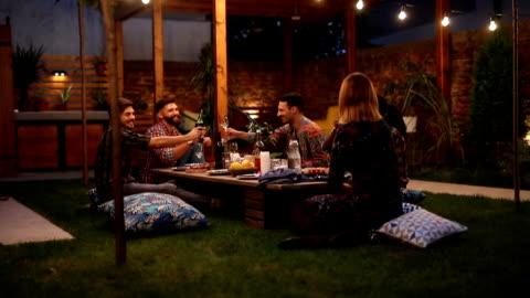 vidéos et rushes de amis, fête de barbecue - jardin de la maison