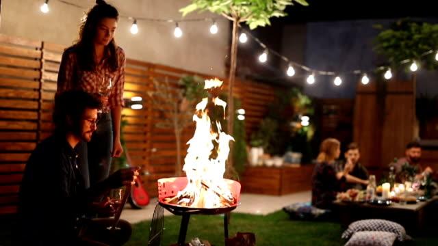 Vrienden hebben barbecue feest