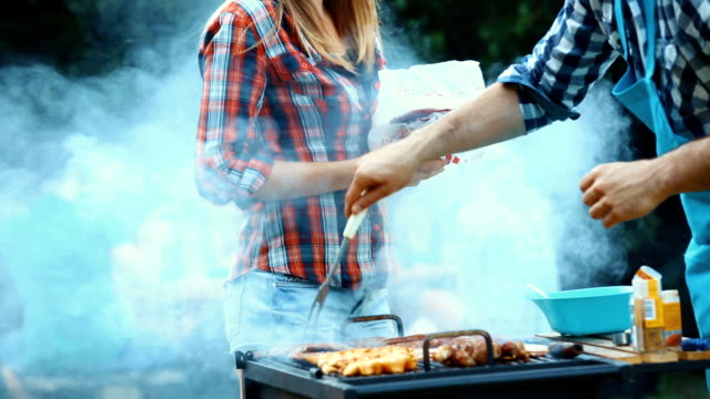 freunde mit barbecue-party. - gegrillt stock-videos und b-roll-filmmaterial
