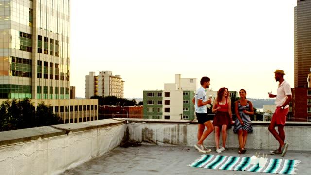 freunde mit getränken auf dem dach des gebäudes - terrasse grundstück stock-videos und b-roll-filmmaterial