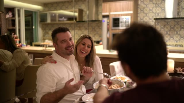 vídeos y material grabado en eventos de stock de amigos divirtiéndose y tomando fotos en cámara instantánea a la hora de la cena en casa - transferencia de impresión instantánea