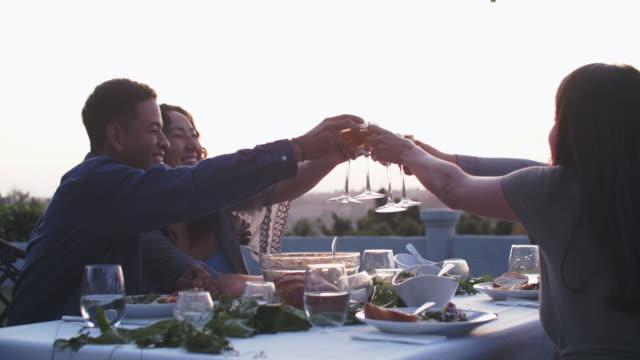 vídeos y material grabado en eventos de stock de friends having fun at a dinner party outdoors - elegancia