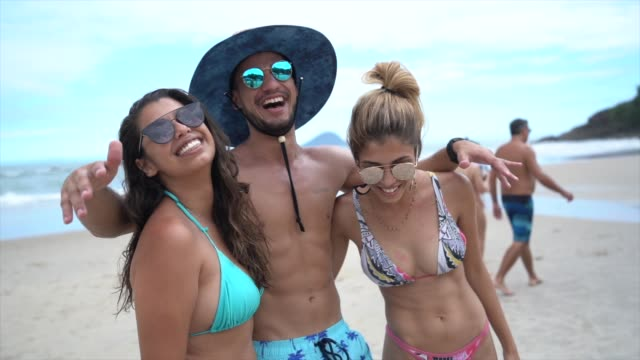 vídeos de stock e filmes b-roll de friends having fun at beach - brazilian ethnicity
