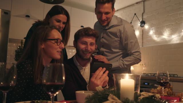 vidéos et rushes de amis de s'amuser au dîner. - photo messaging