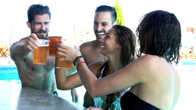 Freunde haben Spaß an der bar