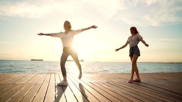 stockvideo's en b-roll-footage met vrienden met plezier door de zee - sunny