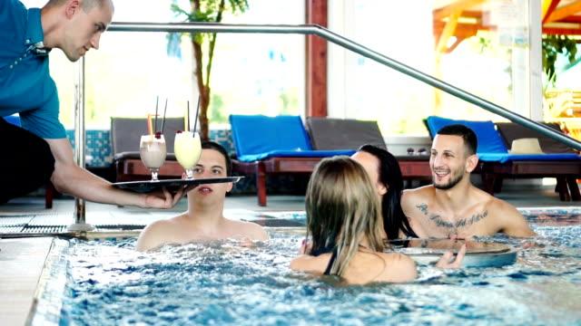 vídeos de stock, filmes e b-roll de amigos se divertindo em uma piscina - estação turística