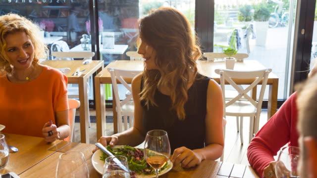 ms friends having fun in restaurant - テーブルマナー点の映像素材/bロール