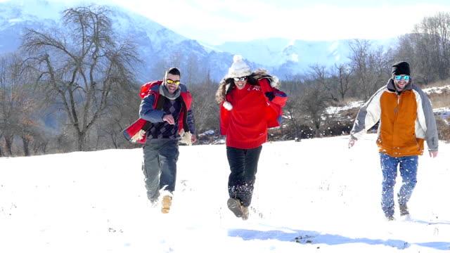Vrienden met plezier in de sneeuw berg - slowmotion