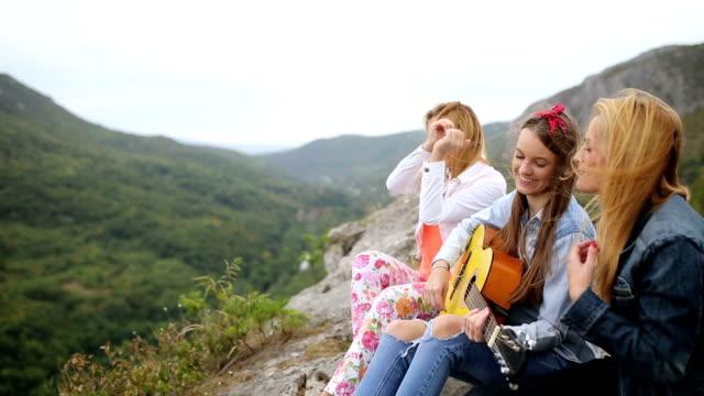 vidéos et rushes de amis de s'amuser sur la montagne - instrument de musique