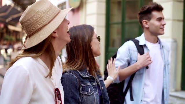 vidéos et rushes de amis ayant l'amusement sur leur voyage - amitié