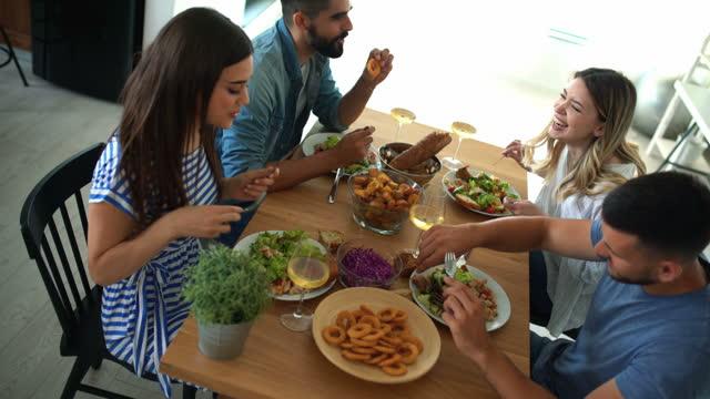 vídeos y material grabado en eventos de stock de amigos almorzando en casa. - table top view