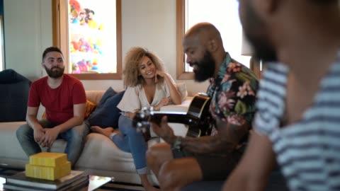 vídeos y material grabado en eventos de stock de amigos que tienen tiempo de música en casa - variación