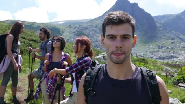 vídeos de stock e filmes b-roll de friends hiking during the summer - personagens