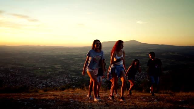 Amis de randonnée sur la montagne