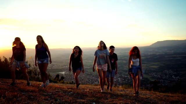 vídeos de stock, filmes e b-roll de amigos, caminhadas na montanha - turista