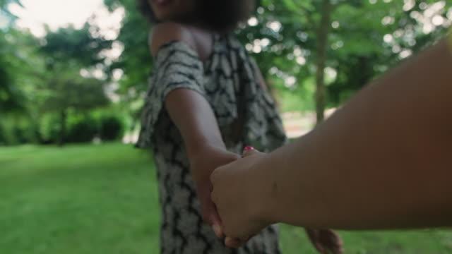 vidéos et rushes de friends holding hands - robe d'été