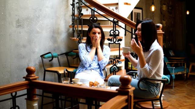 カフェでの友人 - 逸楽点の映像素材/bロール