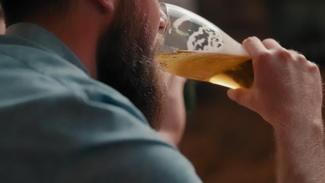 vídeos y material grabado en eventos de stock de friends in a pub - barra futbol