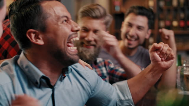 stockvideo's en b-roll-footage met friends in a pub - viering