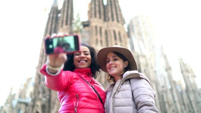 vídeos de stock, filmes e b-roll de amigos em barcelona - estudante universitária