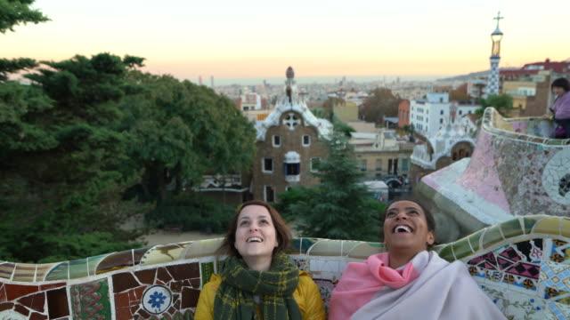 vídeos y material grabado en eventos de stock de amigos en barcelona - parque ciudad