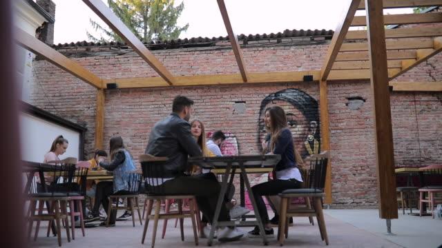 vidéos et rushes de amis dans le café à l'extérieur - hipster personne