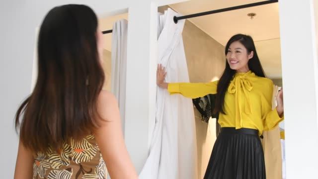 vänner i omklädningsrum tar selfie på smartphone - omklädningsrum bildbanksvideor och videomaterial från bakom kulisserna