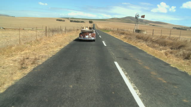 ws ts friends in convertible car / cape town, south africa - 乗物後部から見た視点点の映像素材/bロール