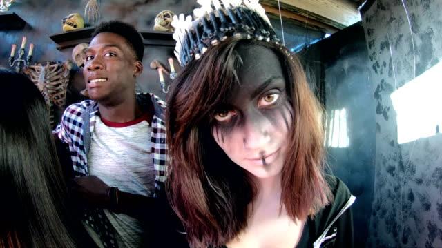 freunde in halloween haunted house, knochen, bösen prinzessin - tierisches skelett stock-videos und b-roll-filmmaterial
