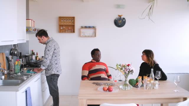 vidéos et rushes de friends in kitchen - vie sociale
