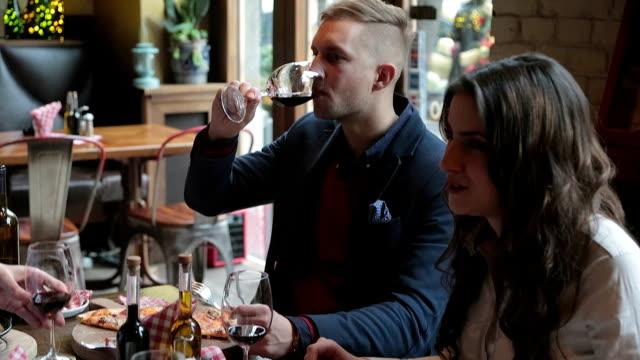 Amici di mangiare in un ristorante di cucina italiana