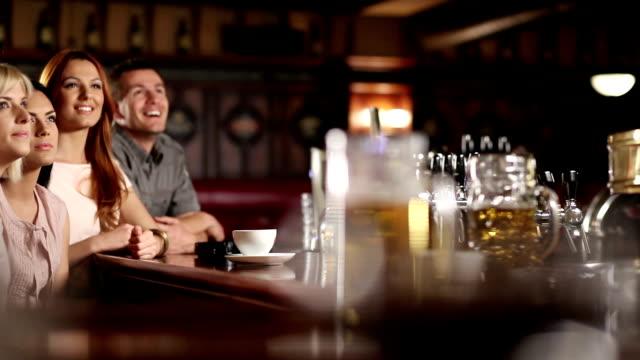 vídeos de stock e filmes b-roll de amigos no bar celebrando - bola de futebol americano bola