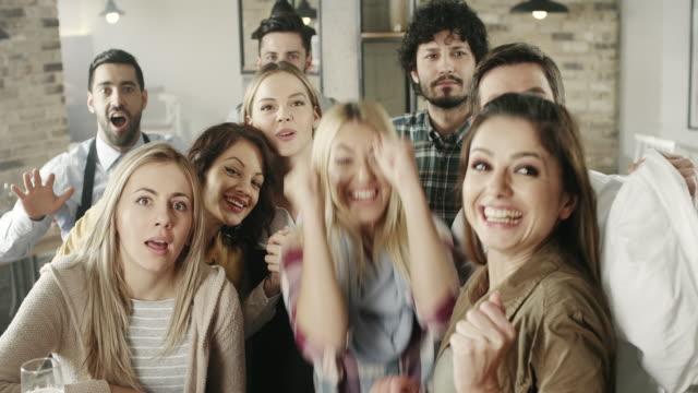 vídeos y material grabado en eventos de stock de sus amigos en el pub celebrar - pub