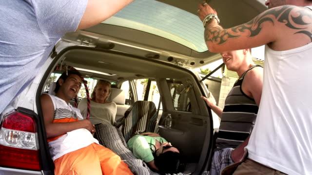 freunde reise - surfbrett stock-videos und b-roll-filmmaterial