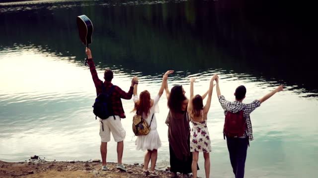 vídeos y material grabado en eventos de stock de amigos de salto en el lago - brazo humano