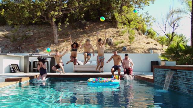 vidéos et rushes de amis de sauter dans la piscine - piscine