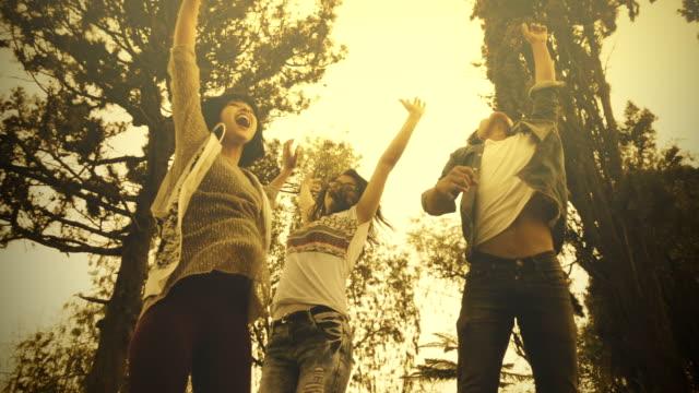 Freunde springen zusammen mit ekstatischen Freude strahlte.