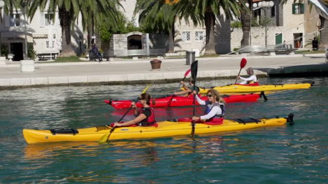 vídeos de stock e filmes b-roll de friends kayaking - kayaking