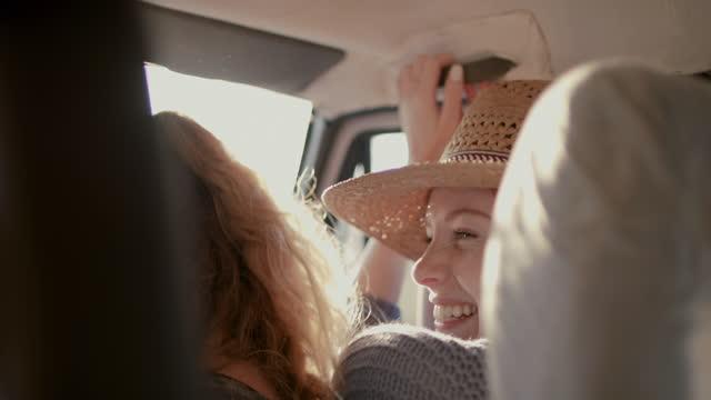 stockvideo's en b-roll-footage met friends laughing on road trip in camper - rondrijden