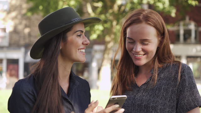 vidéos et rushes de friends laughing with smart phone - influenceur