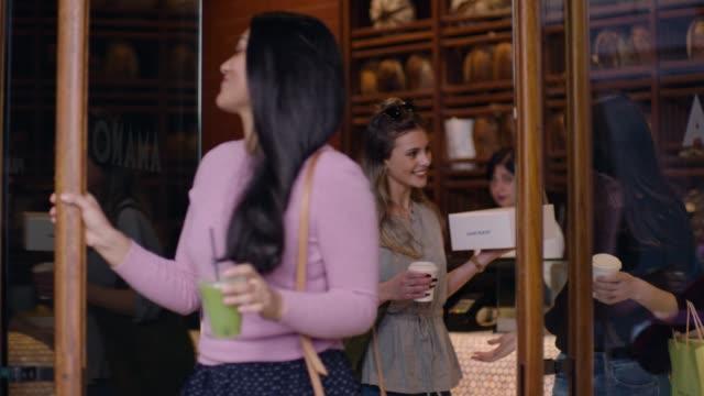 stockvideo's en b-roll-footage met friends leaving a bakery - auckland