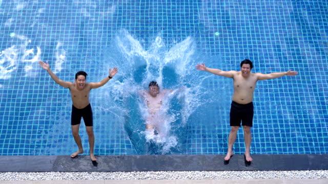 vídeos de stock, filmes e b-roll de amigos deixaram-se entrar em piscina - lago infinito