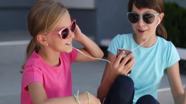 vídeos de stock e filmes b-roll de friends listening music on smart phone and singing - cantar