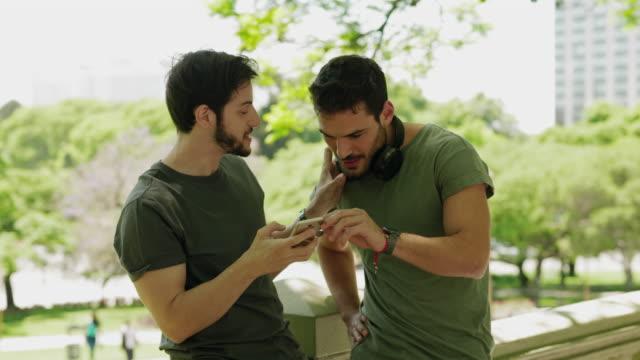 vidéos et rushes de amis écoutant la musique ensemble - casque audio