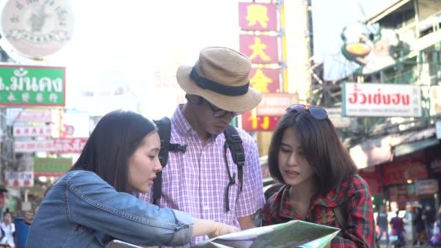 地図を見て友人 - tourist点の映像素材/bロール