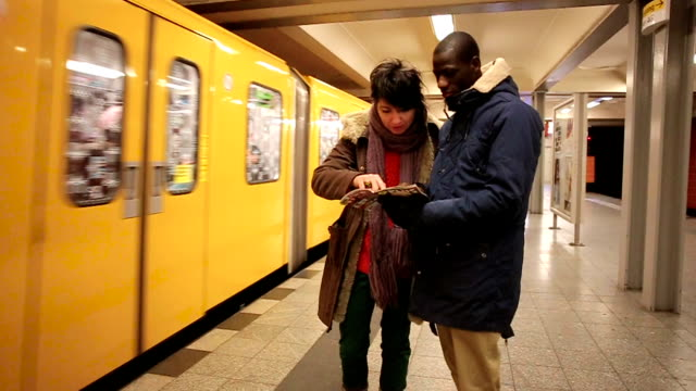 Vrienden planning bekijken terwijl trein die het Station