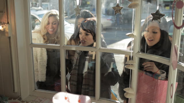 vídeos de stock, filmes e b-roll de friends looking in shop window - olhando vitrines